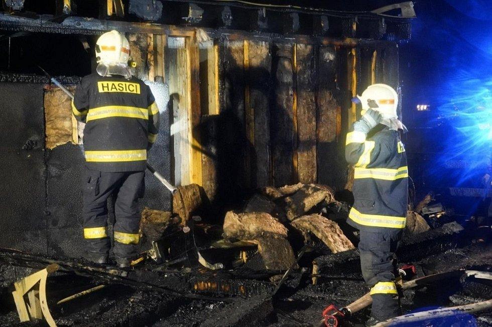 Hasiči zasahují i požáru dřevostaveb u slatinických lázní
