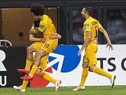 Hráči Kairatu Almaty Bauyrzhan Islamkhan,  Isael a Gafurzhan Suyumbayev slaví gól do sítě Alkmaaru