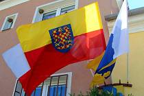 Moravská vlajka na obecním úřadě v Babicích u Šternberka