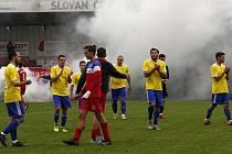 Bohuňovice (ve žlutém) zvítězily na hřišti Černovíra 4:2.