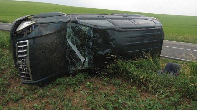 Nehoda řidiče auta s přívěsem u Topolan