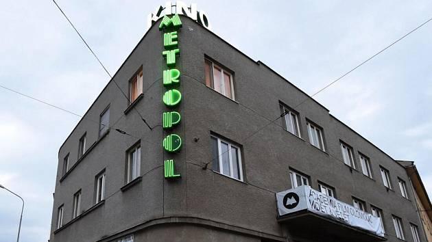 Neonový nápis na olomouckém kině Metropol
