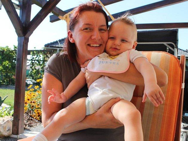 Lucinka je postižená od narození. Její matka Jana Petráková pořádá sbírku víček od PET lahví, aby pokryla náklady spojené s léčbou své dcery.