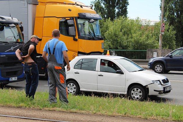 V pondělí ráno se na Tovární ulici v Olomouci střetlo šest automobilů.