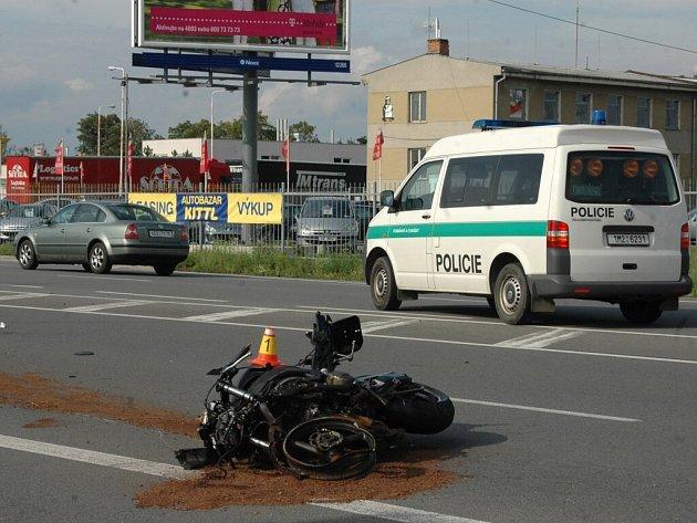Na Přerovské ulici se stala v neděli 17. srpna vážná dopravní nehoda motocyklisty a osobního auta.