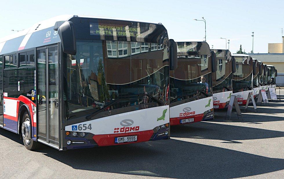 Autobusy Solaris Urbino 12 v barvách DPMO. Ilustrační foto