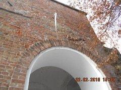 Visící rampouchy ohrožovaly chodce u Terezské brány v Olomouci