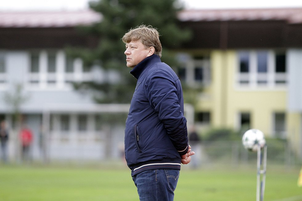 Fotbalisté Uničova remizovali s Rýmařovem (v bílém) 1:1. Milan Furik, trenér Rýmařova