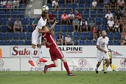 Olomoučtí fotbalisté (v červeném) remizovali se Slováckem 0:0Patrik Šimko (u míče), Václav Jemelka (v červeném)