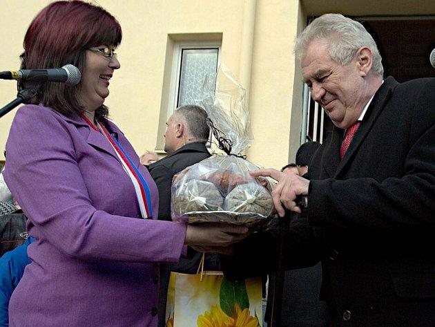 Starostka Choliny Pavla Bezová předává prezidentovi Zemanovi výslužku ze zabíjačky