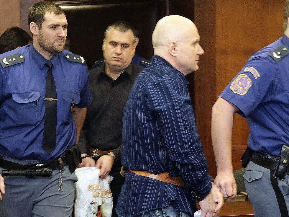 Hlavním míchačům metanolové směsi Rudolfu Fianovi (třetí zleva) a Tomáši Křepelovi (druhý zleva) Vrchní soud v Olomouci v roce 2015 potvrdil doživotní tresty