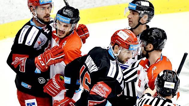 Třinečtí hokejisté (v černém) proti Olomouci