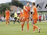 Uničovští fotbalisté porazili v přípravném zápase s béčkem Sigmy (v oranžovém) 6:2. Adam Ševčík, Lukáš Vychodil (vpravo)