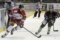 Olomoučtí hokejisté (v bílém) porazili Mladou Boleslav 2:1.