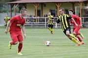 Fotbalisté Nových Sadů (v černožlutém) porazili Brumov 4:0David Škoda (u míče)