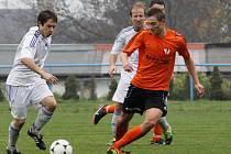 Fotbalisté Šternberka (v bílé) proti Medlovu