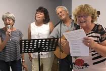Zpívání hanáckých písní, první zleva Eva Sommerová a první zprava Jiřina Sedláčková