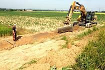 Do rozsáhlých protierozních a protipovodňových opatření se pustili v Grygově na Olomoucku. V minulých letech po přívalových deštích voda z polí zatopila část obce a způsobila škody na majetku.