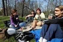 Teplé sluneční počasí vylákalo lidi do parků či venkovních restaurací.