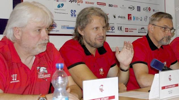 Tisková konference HC Olomouc před startem extraligy. Zleva Erik Fürst, Jan Tomajko a Zdeněk Moták