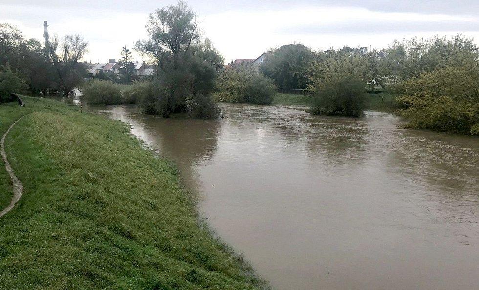 Řeka Morava na okraji Olomouce u černovírského mostu, 15. října 2020 ráno