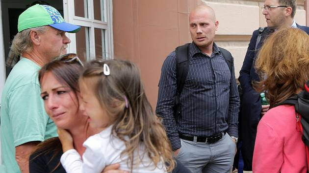 Tomáš Houfek (uprostřed v košili) před budovou Vrchního soudu v Olomouci