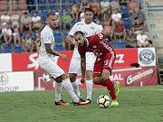 Olomoučtí fotbalisté (v červeném) remizovali se Slováckem 0:0Tomáš Zahradníček (v červeném)