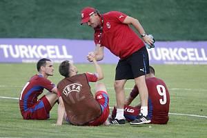 Tým amatérské fotbalové reprezentace z Olomouckého kraje (v červeném). Ilustrační foto