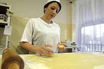 Pečení vánočního cukroví v cukrárně v Chomoutově