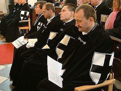 Členové Řádu něměckých rytířů na bohoslužbě