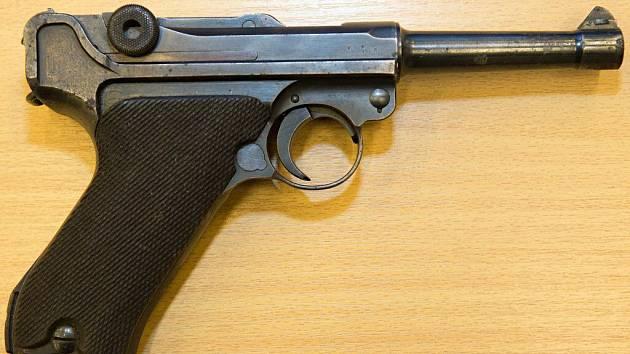 Ppistole Luger P.08. Více než dvě stovky zbraní odevzdali na policii v rámci zbraňové amnestie obyvatelé Olomouckého kraje.