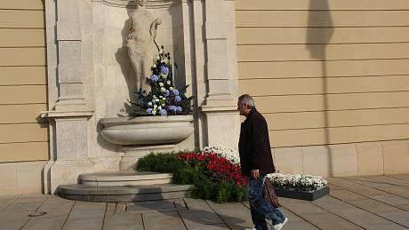 Kašnu Hygie vyzdobili floristé z výstaviště Flora květinami v barvách trikolory.