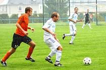 Fotbalisté Šternberka (v bílém) proti Velkým Losinám