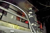 Hasiči zasahují u tragického požáru rodinného domu v Tršicích