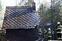 Hasiči zasahují u požáru lesní chaty v Hlubočkách