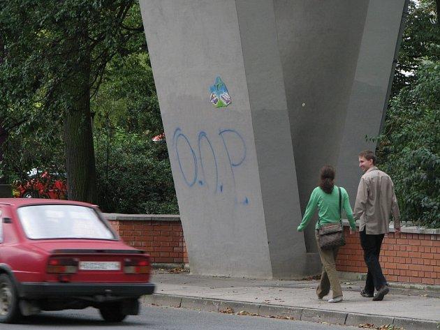 Sprejer pomaloval pilíř mostu.