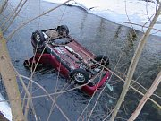 Řidička skončila s felicií v řece Moravě