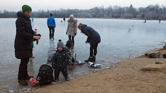 Zamrzlé přírodní koupaliště Poděbrady u Olomouce - 24. ledna 2019
