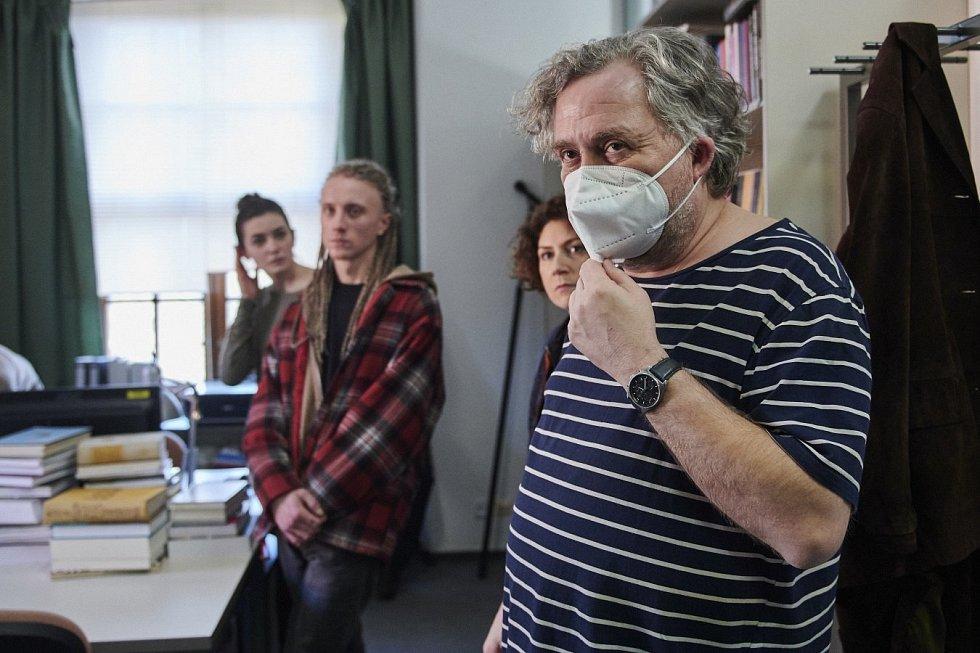 Režisér Jan Hřebejk. Natáčení série Pozadí událostí v univerzitním Konviktu v Olomouci