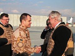 Přivítání velitelem roty na letišti na základně Bagrám