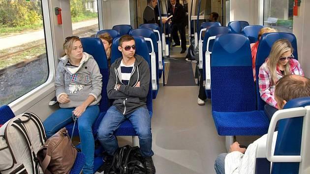 Moderní soupravy ČD RegioPanter zatím pustí elektřina z Olomouce jen do Šumperka.