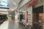 14. března 2020. Galerie Šantovka se vylidnila. Uzavřeny pro zákazníky zůstaly téměř všechny obchody
