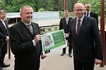 Premiér Bohuslav Sobotka v olomoucké zoo pokřtil mládě zebry