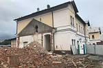Jižní křídlo historické nádražní budovy ve Šternberku je pryč.