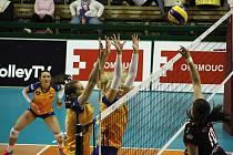 Olomoucké volejbalistky (v oranžovém) podlehly týmu Busto Arsizio 0:3.