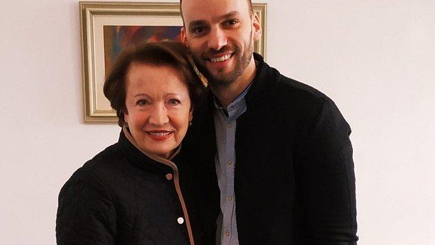 Hana Maciuchová sředitelem olomoucké ZŠ a MŠ Svatoplukova Jiřím Vymětalem. Herečka byla patronkou školy