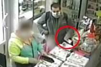 Muž z videozáznamu krádeže peněz v olomoucké trafice z 29. června 2020