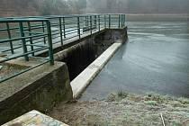 Zrekonstruovaná přehradní nádrž v Hrabišíně zachytí po opravě o desetinu vody víc než dosud.