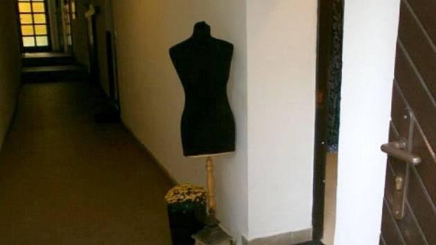 Z figuriny u salonu módní návrhářky v centru Olomouce ukradli šaty