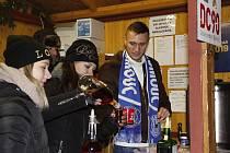 Fotbalisté Sigmy prodávali punč pro Dobré místo pro život.Šimon Falta